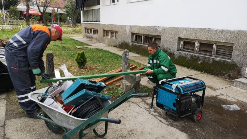 """ЈП """"Камена Река"""" ја обновува оштетената урбана опрема во Македонска Каменица"""