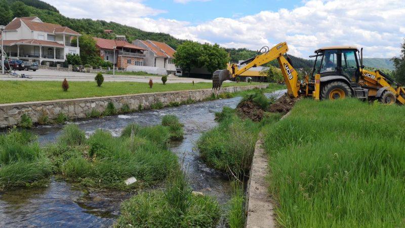 Продолжуваат активностите за чистење на речното корито на Каменичка Река