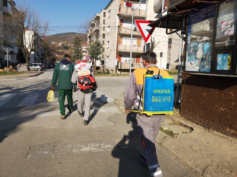 Дезинфекција на јавните површини и влезовите од станбените живеалишта во Македонска Каменица