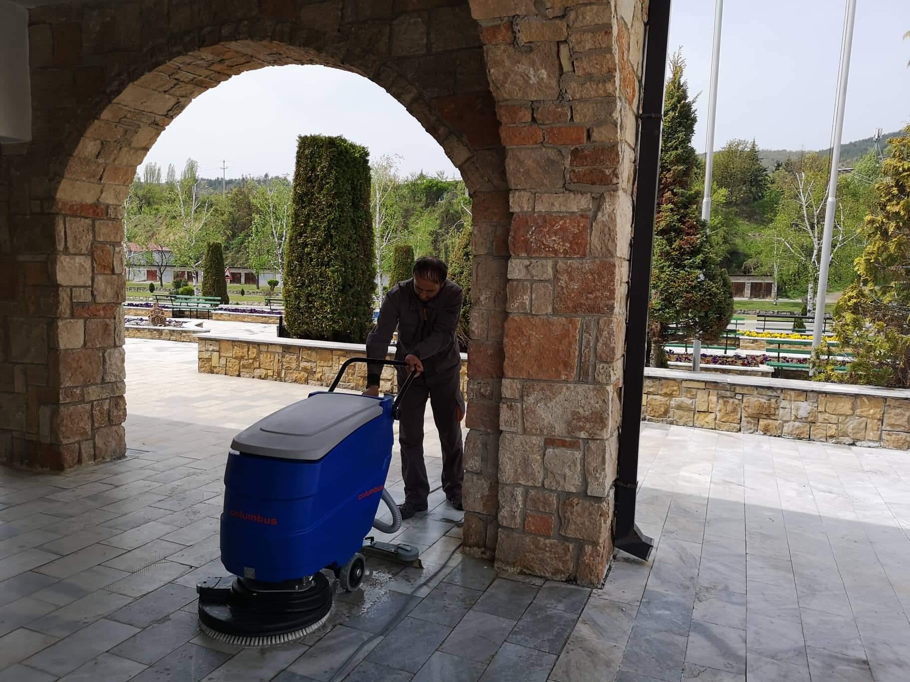 Чистење на платото и просторот околу црквата и градскиот плоштад во Македонска Каменица