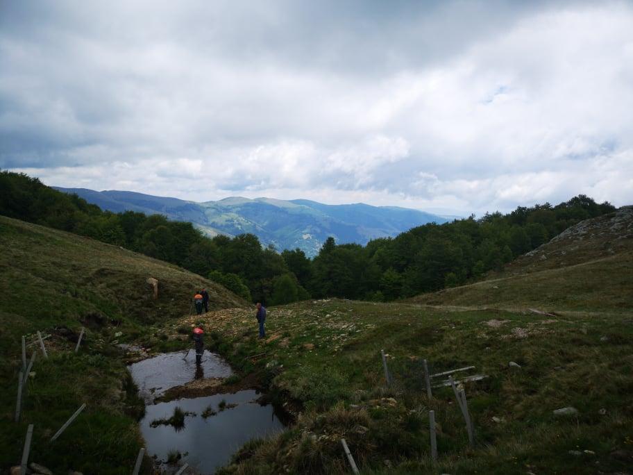 Чистење на захватите на вода од водоводната мрежа во Македонска Каменица